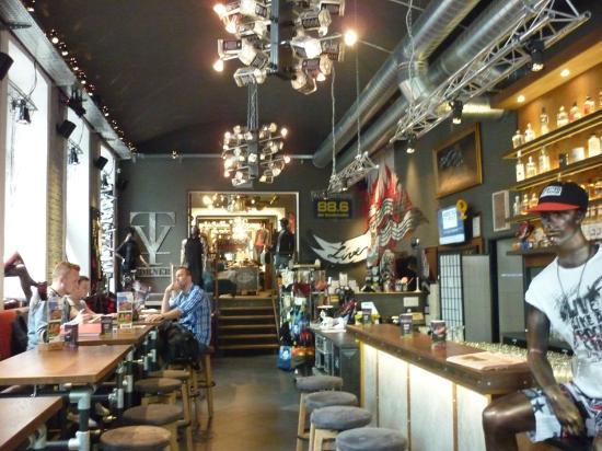 """Gin Tonic 1 + 1 gratis in der """"Addicted to Rock Bar & Burger"""" Getreidemarkt 11, 1060 Wien"""